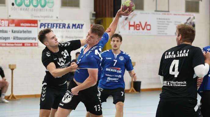 Marc Müller (am Ball) und der TuS Helmlingen konnten gegen die SG Kappelwindeck/Steinbach am Ende nicht die entscheidenden Treffer landen.