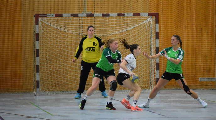 Auch in der Abwehr hatte die SG S/S gegen Birkenau Probleme – hier Pia Weichenhein (links) und Leona Vollmer (rechts) sowie die starke Torhüterin Annika Frick-Schorr.