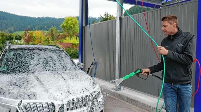 """Drei-Lanzen-System und """"XXL-Bubble-Schaum"""": Florian Lehmann demonstriert den neuen Cleanpark direkt an der B33 in Gutach-Turm."""