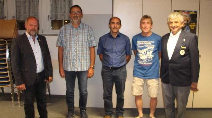 Bürgermeister Bernhard Waidele (links) und DRK-Vorsitzender Ludwig Kern (rechts) ehrten die fleißigen Blutspender (von links) Martin Heizmann (10), Wolfram Schmider (75) und Bruno Günter für 100 Blutspenden.