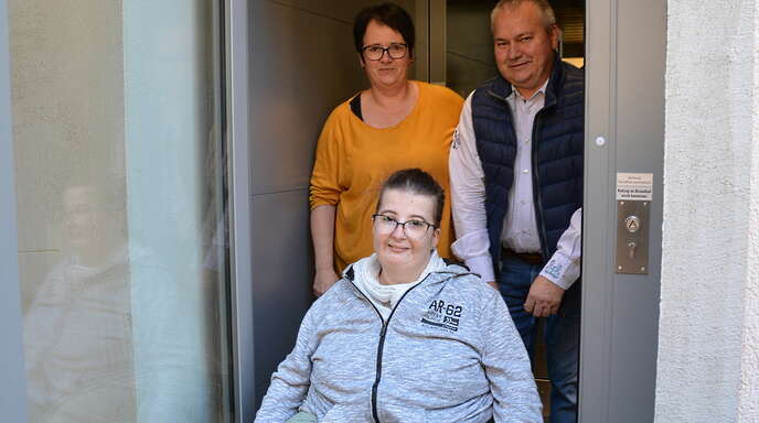 Carmen Wagner mit ihren Eltern Susanne und Martin Schäfer am Plattformaufzug.