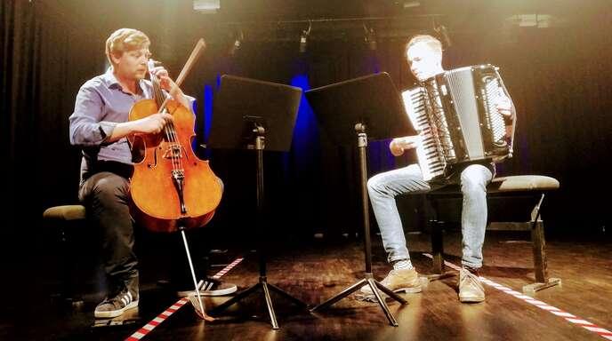 Julius Schepansky (Akkordeon) und Johann Caspar Wedell (Violoncello) faszinierten Klein und Groß bei ihrem Kinderkonzert im Kulturhaus.