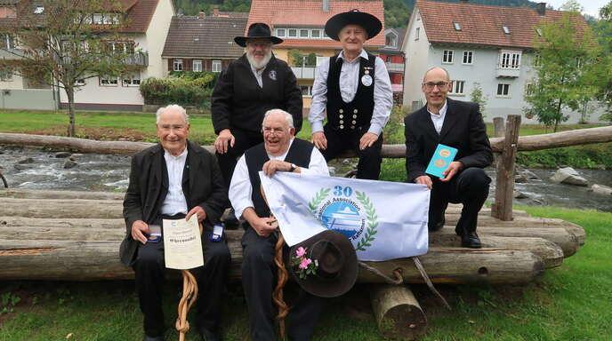 Martin Spreng und Frank Thiel (oben von links) ehrten (vorne von links) Eugen Dieterle, Ewald Fritsch und Andreas Erker im Flößerpark.