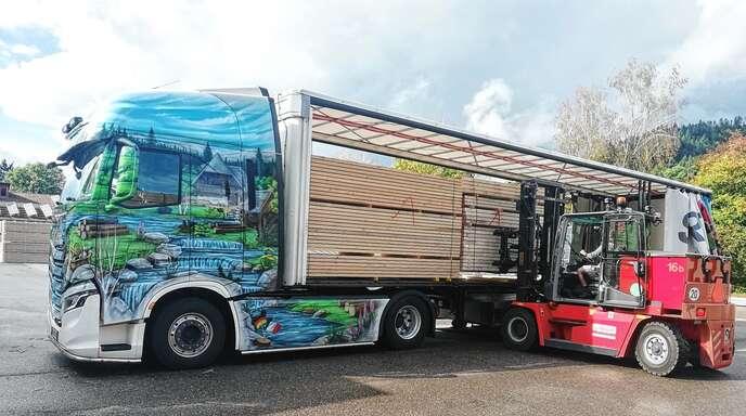 Der erste Lastwagen voller Schwarzwälder Holz hat das Sägewerk Streit am Donnerstag ins Ahrtal geschickt. Ein zweiter wird noch folgen.