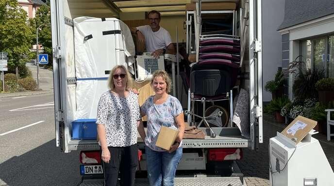 Ärztin Heike Rombach (links), Thomas Mootz und die ärztliche Mitarbeiterin Annelie Mootz bereiten den Transport nach Syrien vor.