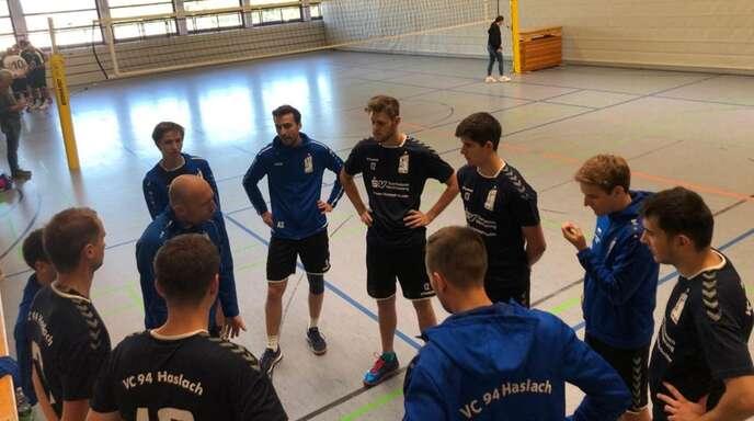 Spielertrainer Tarek Blum (links in der Mitte) war mit der sportlichen Verbandsliga-Premiere des VCH in eigener Halle nicht ganz zufrieden.