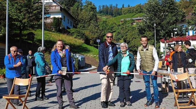 "Gunia Wassmer, OB Matthias Braun, Ortsvorsteherin Bertel Decker sowie Christan Frühe gaben den Ringelbacher ""Keschdeweg"" offiziell frei."