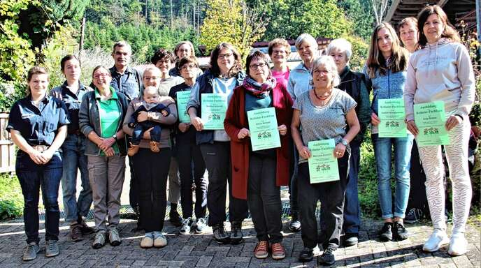 Das Ehepaar Ulrike und Werner Armbruster (3. und 4. von links) verabschiedeten elf neue Kräuterfachfrauen. Sie hatten ihre Ausbildung auf Armbrusters Hof im Berghauptener Obertal erfolgreich beendet und dürfen nun selbst Kurse geben.