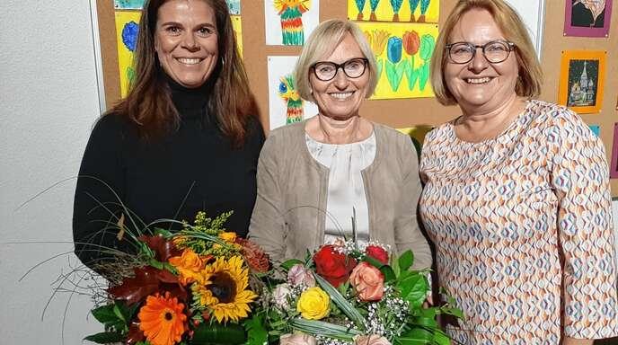 Mit hoher Anerkennung und vielen guten Wünschen in einen neuen Lebensabschnitt: Christine Rösch (rechts) beglückwünschte Beate Berger (Mitte), die 37 Jahre in der Ortsverwaltung Önsbach war und Nicole Hensel, die nach 20 Jahren in Önsbach jetzt in die Privatwirtschaft wechselte.