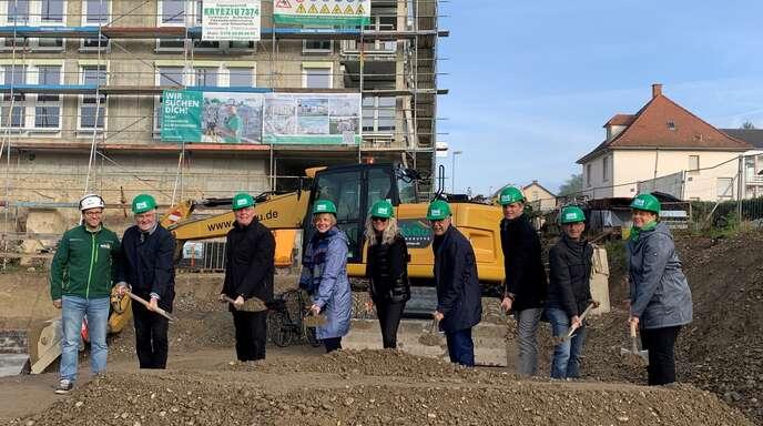 Eine Kita und 26 Wohnungen sollen im 3. Bauabschnitt auf dem Oase-Areal errichtet werden. Am Mittwoch war der Spatenstich mit den Geschäftsführern der Orbau, Burkhard Isenmann, und der Projektgesellschaft Zollburg, Christoph Jopen (2. und 3. von links), und OB Toni Vetrano und Baubürgermeister Thomas Wuttke (4. und 3. von rechts).