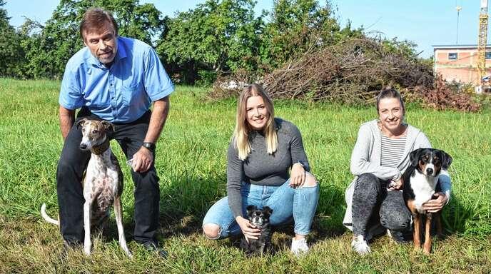 Geschäftsführer Thomas Berlep, Lea Martin und Petra Möglich sind froh über die Möglichkeit, ihren Hund mit zur Arbeit bringen zu können.