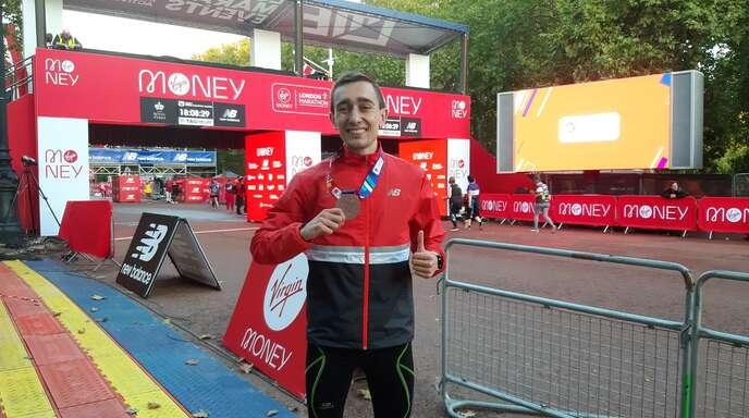 Ein strahlender Jonas Müller nach der Zielankunft beim Marathon in London.