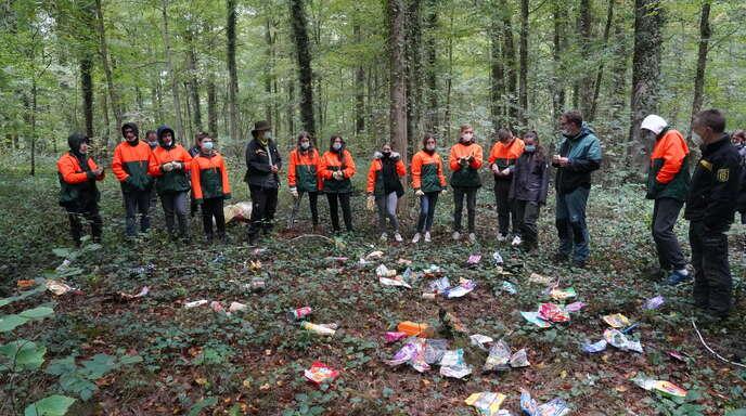 """Hochkarätiger Besuch fand sich im """"Lernwald"""" der Albert-Schweitzer-Schule ein. Die Spitze des Forst-BW, der Forstbezirksleiter und Revierförster besuchten die Achtklässler in ihrem Natur-Klassenzimmer."""