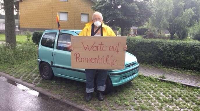 Stefan Stanchev sucht nach einer Möglichkeit, seinen Wagen zu transportieren. Der Obdachlose will vorerst in eine Werkstatt weiterziehen.