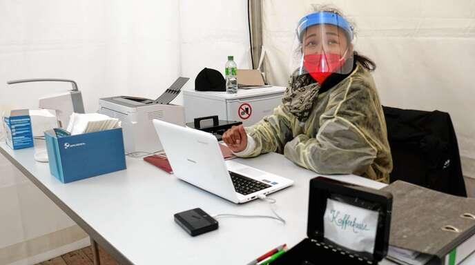 Maneerat Phangsa-Ard saß am Mittwoch um die Mittagszeit allein im Testzelt im Wolfacher Schlosshof. Seit Montag kämen nur noch 20 bis 30 Testwillige. Sie geht aber davon aus, dass es zum Wochenende wesentlich mehr werden.