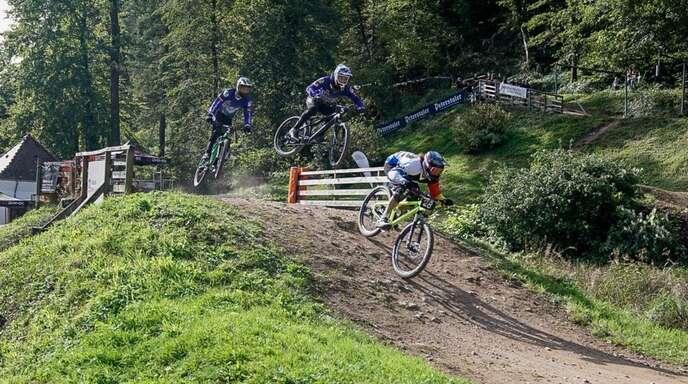 Der amtierende Deutsche Meister Benedikt Last vor zwei einheimischen Fahrern, Kevin Kern und Robin Bregger vom Bike-Park Wolfach, bei einem Qualifikationslauf der Elite.