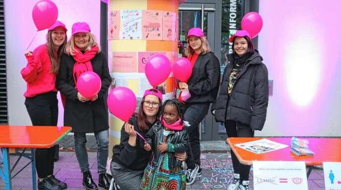 Am Weltmädchentag wurden in Oppenau pinkfarbene Luftballons verteilt.