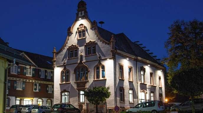 Nachts ist das sanierte Rathaus in Oberharmersbach beleuchtet – ein echter Hingucker.