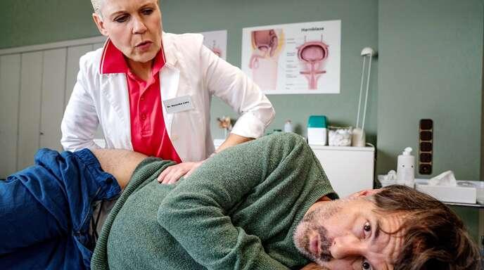 Kein Vergnügen: Paul (Christoph Maria Herbst) bei der Urologin Dr. Lenz (Cordula Stratmann)