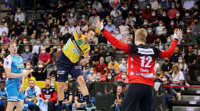 Gegen die Rhein-Neckar Löwen (Uwe Gensheimer beim Wurf) spielte der TVB vor vollen Rängen und gewann – gegen den HBW erneut?