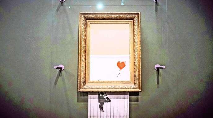 """Banksys """"Love is in the Bin"""" hing in der Staatsgalerie Stuttgart an verschiedenen Orten."""