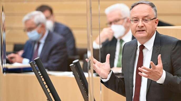 Der SPD-Landesvorsitzende Andreas Stoch im Landtag: im Hintergrund verfolgen Winfried Kretschmann (Grüne) und Thomas Strobl (CDU) seine Rede.