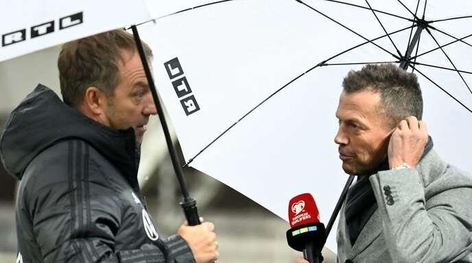 Fußball-Experten unter sich: Bundestrainer Hansi Flick (li.) und Lothar Matthäus beim Interview nach dem 4:0-Sieg der deutschen Mannschaft in Skopje.