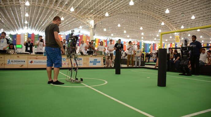 Hochschulroboter Sweaty im Spiel gegen den Roboter aus den USA, der später Weltmeister wurde.