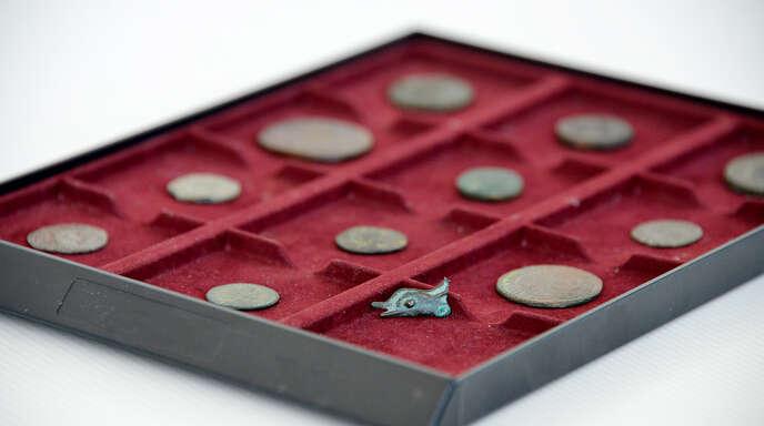 Als eine numismatische Rarität der AFG-Sammlung gilt eine circa 2000 Jahre alte Bronzemünze in Form eines Delfinkopfes aus Olbia (heutige Türkei).