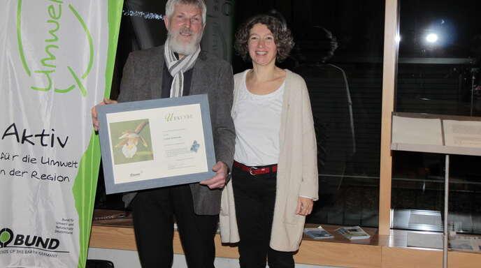 BUND-Geschäftsführerin Petra Rumpel überreicht die Urkunde an den Preisträger Lothar Krikowski.
