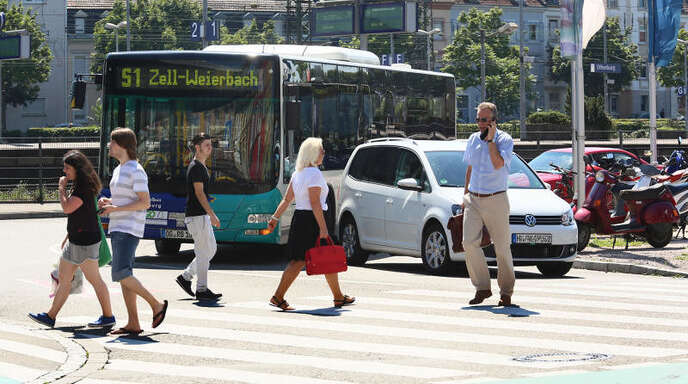 Schlaraffenland für Fußgänger, Albtraum für Autofahrer: Der Zebrastreifen am Bahnhof bleibt. Der Verkehrsausschuss hat die Einrichtung einer Ampel abgelehnt.
