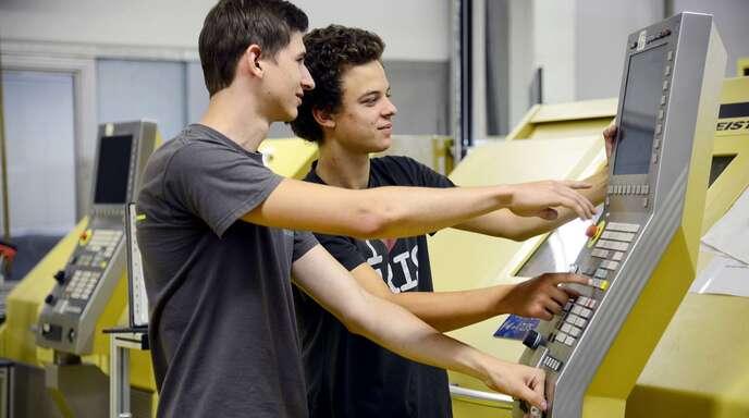 Sie sind bei der INA in Lahr im zweiten Lehrjahr: Patrick Kern (links) und Moritz Greber. In der Ortenau werden zum September noch 705 unbesetzte Lehrstellen gemeldet.