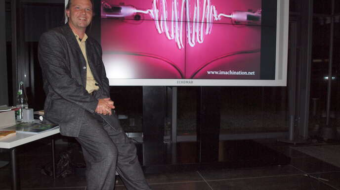 »Kunst aus Blitz und Donner« – der Medienkünstler Tim Otto Roth mit sichtlichem Vergnügen bei seinem Auftritt in Oberkirch.