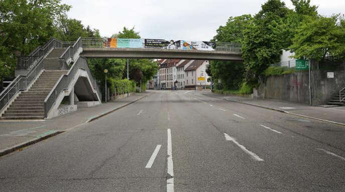 inem 24-Jährigen aus Afrika wird vorgeworfen, am Samstag in den frühen Morgenstunden in Offenburg auf der Fußgängerbrücke in der Freiburger Straße eine junge Frau vergewaltigt zu haben.