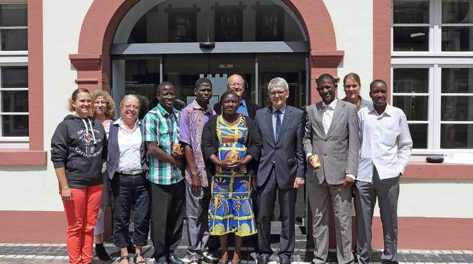 Stellten sich nach einer angeregten Diskussion im Rathaus zum Gruppenbild vor dem Eingangsportal: von links Julie und Christine Dold sowie Angela Menke vom Vorstand »Wir für Burkina«, Zakaria Dao (Partnerschaftsvorsitzender von Douroula), Krankenschwester Rasmata, der zweite Vorsitzende des Vereins »Wir für Burkina« Michael Waitz, Bürgermeister Manfred Wöhrle, Suleymane Sanon (Präfekt des Départements Douroula), Wir-für-Burkina-Vorsitzende Sabrina Dold und Blamami Koté von der Schulbehörde Dédougou.