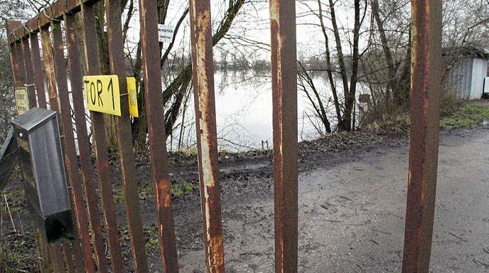 Der Dachswaldsee liegt zwischen Autobahn und Flugplatzgelände. Hier sollen angeblich zum Spaß Fische gefangen und wieder ausgesetzt werden.