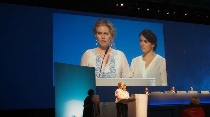 Felicitas Rohrer (Willstätt, links) und Kathrin Weigele von der Selbsthilfegruppe Drospirenon-Geschädigter sprachen vor wenigen Tagen vor der Aktionärshauptversammlung von Bayer.