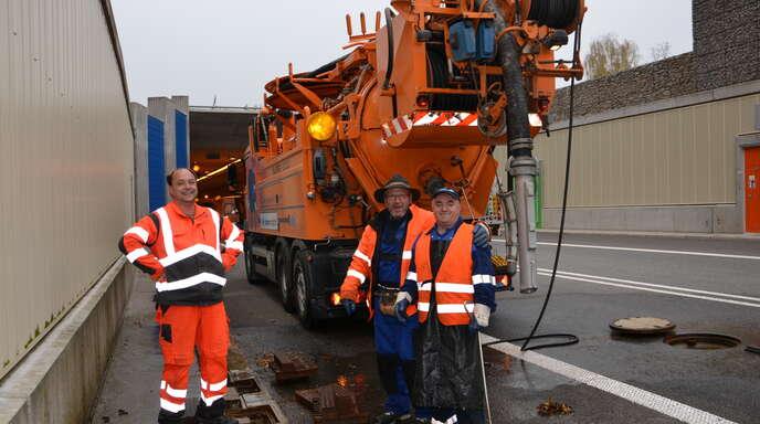 Zeit zum Tunnelgroßputz: Sascha Glank, Herbert Staiger und Sadri Dobruna (von links) reinigen die Entwässerung des Oberkircher B 28-Tunnels.