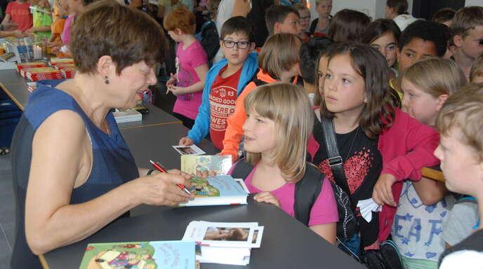 Sabine Ludwig zieht mit ihren lustigen Geschichten und ihrer lebendigen Präsentation die Kinder sofort in ihren Bann – und signiert nach ihrer Lesung gern ihre Bücher.