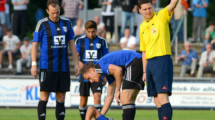 Hat nach wie vor Spaß an seinem Hobby: Andreas Klopfer (r.) ist seit 1994 Schiedsrichter und leitet Spiele bis zur Verbandsliga.
