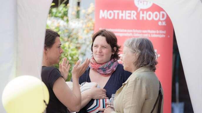 Im Gespräch über die Geburtssituation (von links): Christina Heß, Hebamme im Klinikum, Sarah Schulze von Mother Hood und Raphaela Greminger, freie Hebamme.