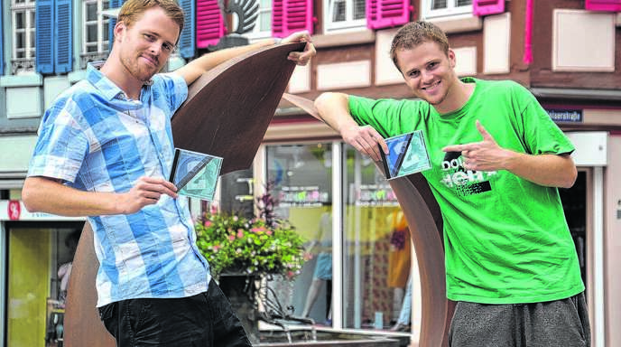 Felix (links) und Till Neumann sind »Zweierpasch / Double Deux«. Die 29-jährigen Zwillinge aus Freiburg machen deutsch-französischen Hip-Hop und verknüpfen ihre »Rhymes« mit einem pädagogischen Ansatz.