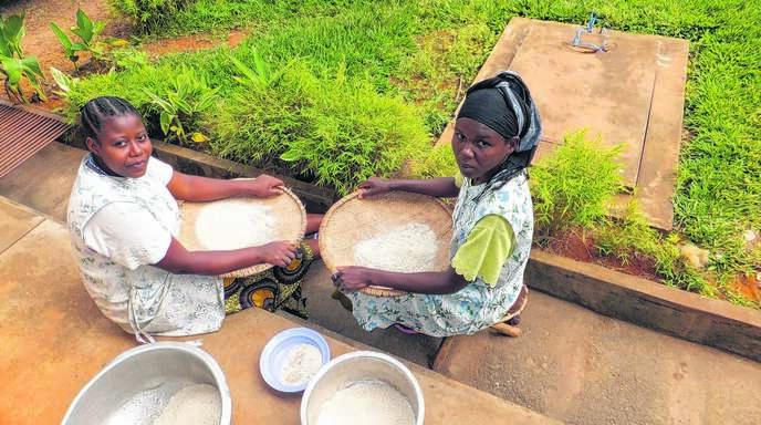 Ein Eindruck vom Aufenthalt des Hohbergers Peter Kalt: Frauen beim Verlesen von Reis.