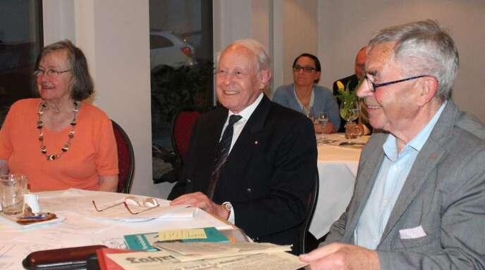 Zeitzeugin Christel Seidensticker (links) mit den beiden Moderatoren Hans Waeldin (Mitte) und Bürgermeister a.D., Jochen Heil, bei einer Gesprächsrunde der Lahrer FDP im Gasthaus Löwen.