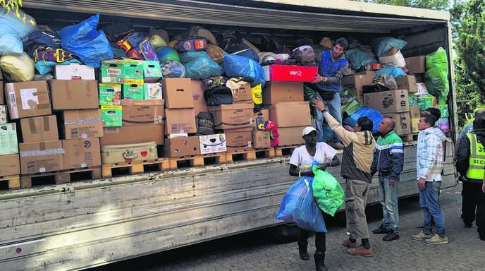 Ankunft und Entladung einer der fünf LKWs an Hilfsgütern, die der Ortenauer Narrenbund und die Brauerei Bauhöfer im ganzen Ortenaukreis sammelte.