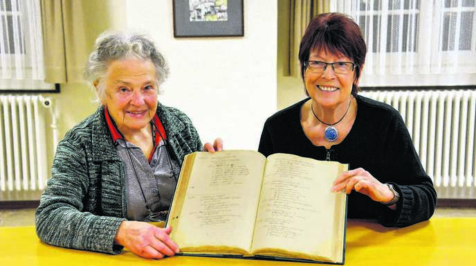 Wer sich für die Diersheimer Geschichte interessiert, ist bei Lieselotte Simon (links), »Diersches« wandelndem Geschichtslexikon, und Helga Grampp-Weiß (rechts), Vorsitzende des Vereins für Heimatgeschichte Diersheim, in besten Händen.