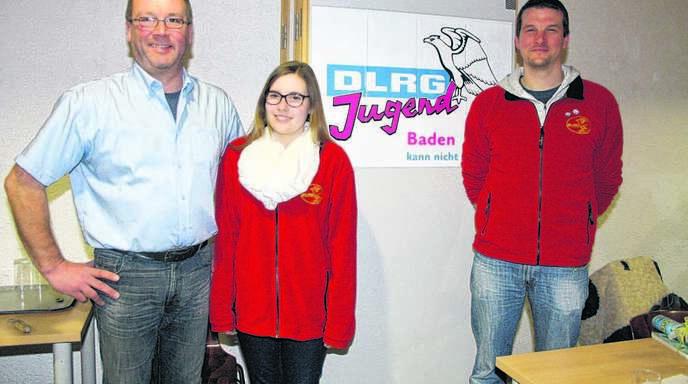DLRG-Vorsitzender Michael Denu (links) mit den Geehrten Alexandra Schmidt und Martin Knapp.