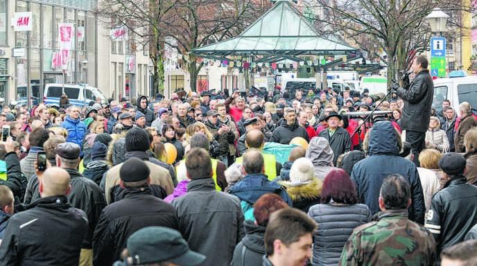Gestern, Sonntag, versammelten sich rund 300 Menschen, darunter überwiegend Russlanddeutsche, gegenüber dem Rathaus . Einer der Redner war Dimitrj Rempel von der Partei »Die Einheit« (rechts).