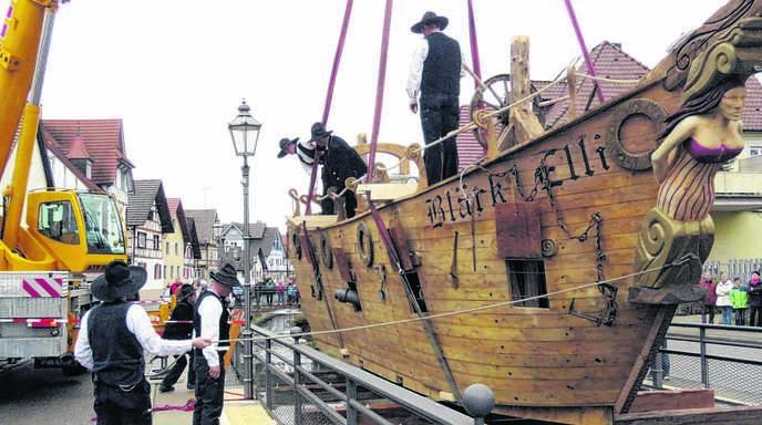 Knapp vier Tonnen wiegt das Segelschiff, das über dem Dorfbach im Kernort von Friesenheim zu schweben scheint.