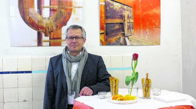Ob Fotos in Schwarzweiß oder farbkräftige Malereien – Jörg Vogelsang griff stets das Thema »Verlassen« auf. Jetzt stellt er seine Werke in Oberachern aus.